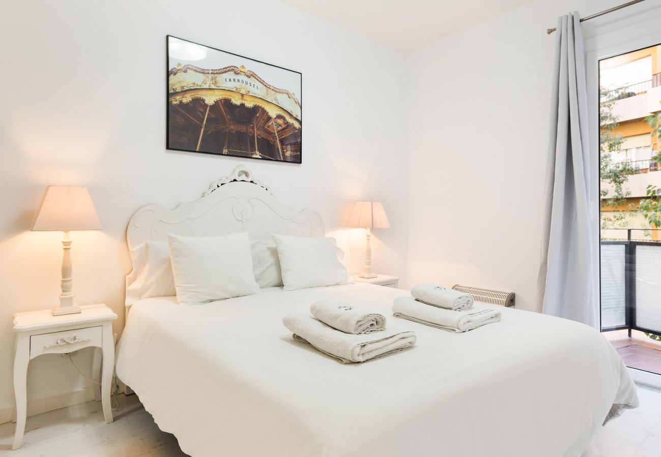 Apartment in Barcelona - White Deco 3Br Apt. with Balcony