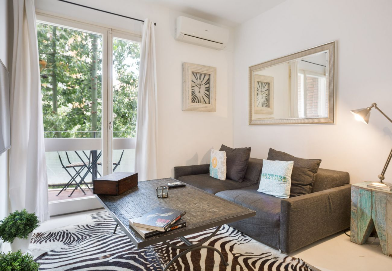 Apartment in Barcelona - Vintage Deco 3Br Apt. with Balcony